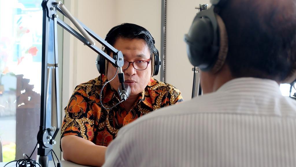 BERIKAN TANGGAPAN. Ketua LPSK tengah memberikan penjelasan pada saat dialog interaktif di RRI Pro1 Kupang, Nusa Tenggara Timur atas pertanyaan dari pendengar.