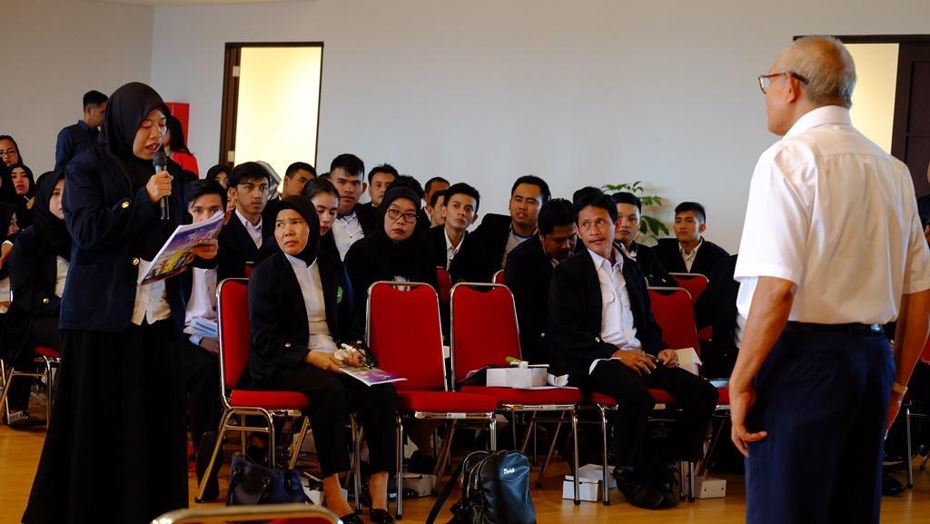 AJUKAN PERTANYAAN. Salah seorang mahasiswa STIA Cimahi tampak sedang mengajukan beberapa pertanyaan terkait Whistleblowing System kepada pemateri dari LPSK, Basuki Haryono pada saat sesi diskusi.